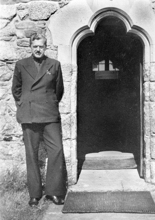 George MacLeod outside the Abbey, 1939 (Raymond Bailey archive)